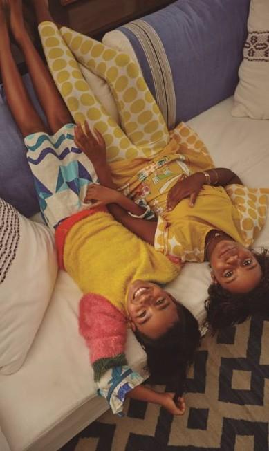 Laura e Maria vestem total looks Fábula e pulseiras Lisht João Arraes