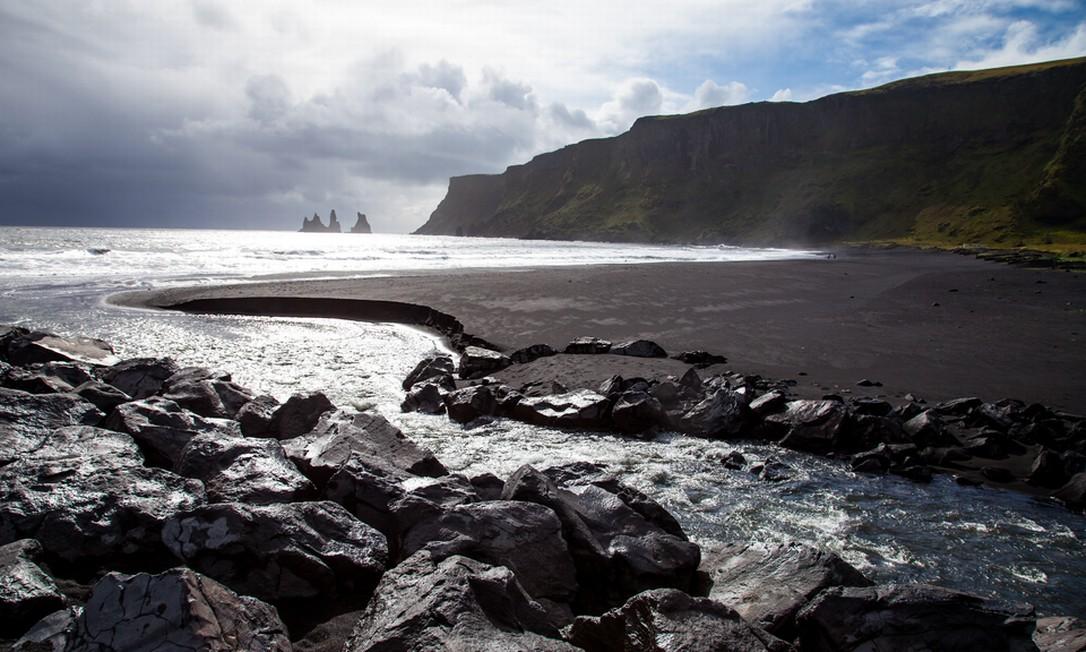 """Uma praia de areia preta em Vik, o vilarejo mais ao sul da Islândia, deve ser o lugar mais próximo da tal galáxia muito, muito distante. Por isso mesmo foi usada como locação para Lah'mu, o fim de mundo onde Erso se escondeu de sua família para fugir do Império em """"Rogue One"""" Foto: Creative Commons"""
