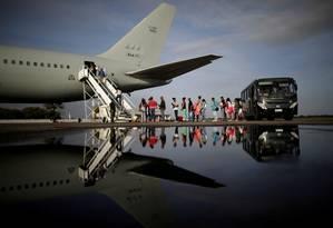Refugiados venezuelanos ao embarcarem em avião da FAB com destino a São Paulo e Manaus Foto: Ueslei Marcelino / REUTERS