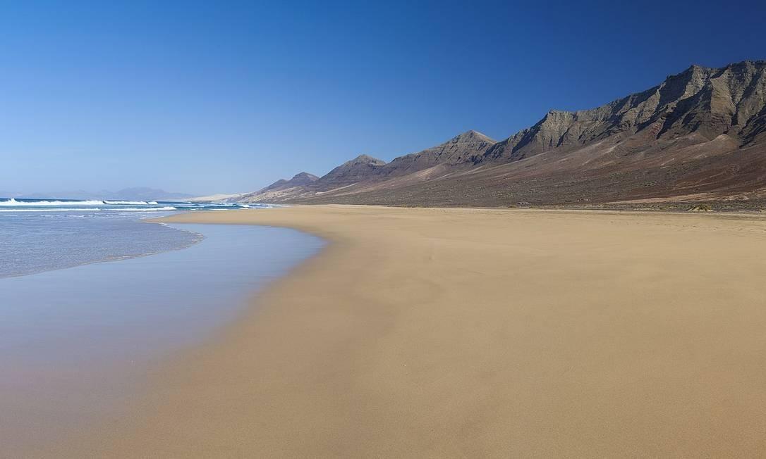 """A ensolarada Fuerteventura, nas Ilhas Canárias, deve ser o próximo destino a receber legiões de fãs da franquia. A praia serviu de locação para algumas cenas de """"Solo - Uma história Star Wars"""", mais recente filme da série, que conta a origem de Han Solo e estreia em maio de 2018 Foto: Creative Commons"""