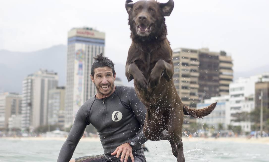 Ivan Moreira e o inseparável labrador Bono: sintonia dentro e fora da água Foto: Divulgação