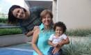 A venezuelana Nancy com a filha Mariangel e a neta Lia Victoria, no Recreio Foto: Pedro Teixeira / Agência O Globo