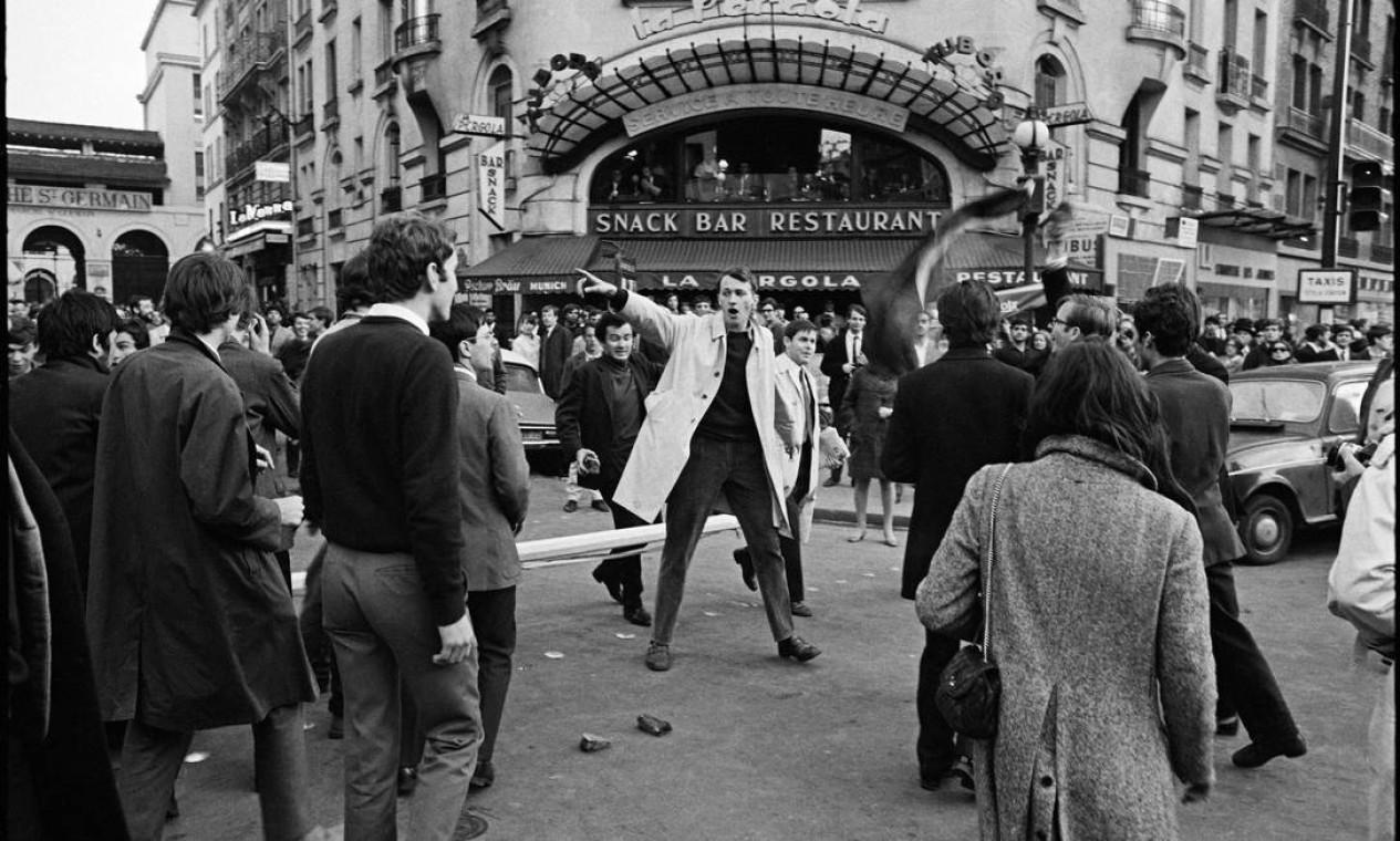 Jovem discursa para os passantes no bairro parisiense de Saint-Germain-des-Prés Foto: Bruno Barbey / Magnum Photos