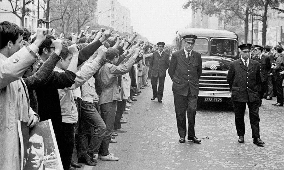 Cortejo fúnebre do estudante Gilles Tautin, em Paris Foto: Bruno Barbey / Magnum Photos
