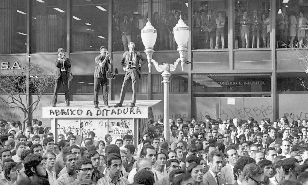 Fotógrafos se posicionam sobre banca de jornal para registrar manifestação no Centro do Rio Foto: Pedro de Moraes