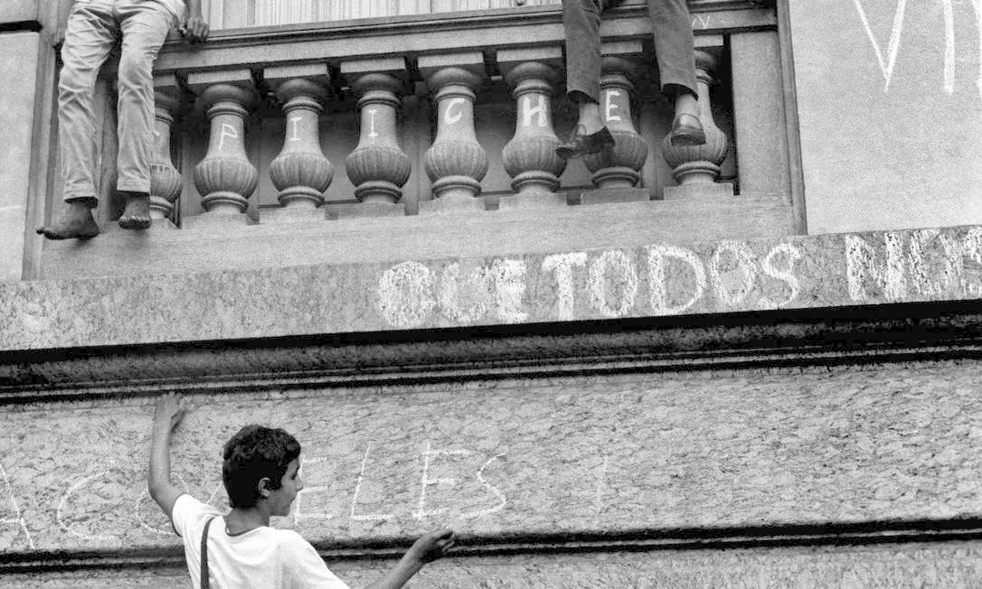 Jovens se protestam com cartazes e pichações em prédio do Centro do Rio Foto: Pedro de Moraes