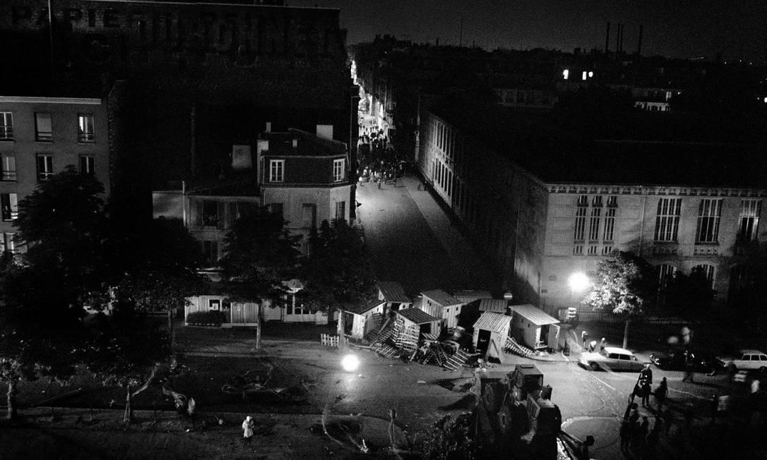 Manifestantes e barricadas de madrugada no bairro parisiense de Vaugirard, em junho de 1968 Foto: Bruno Barbey / Magnum Photos