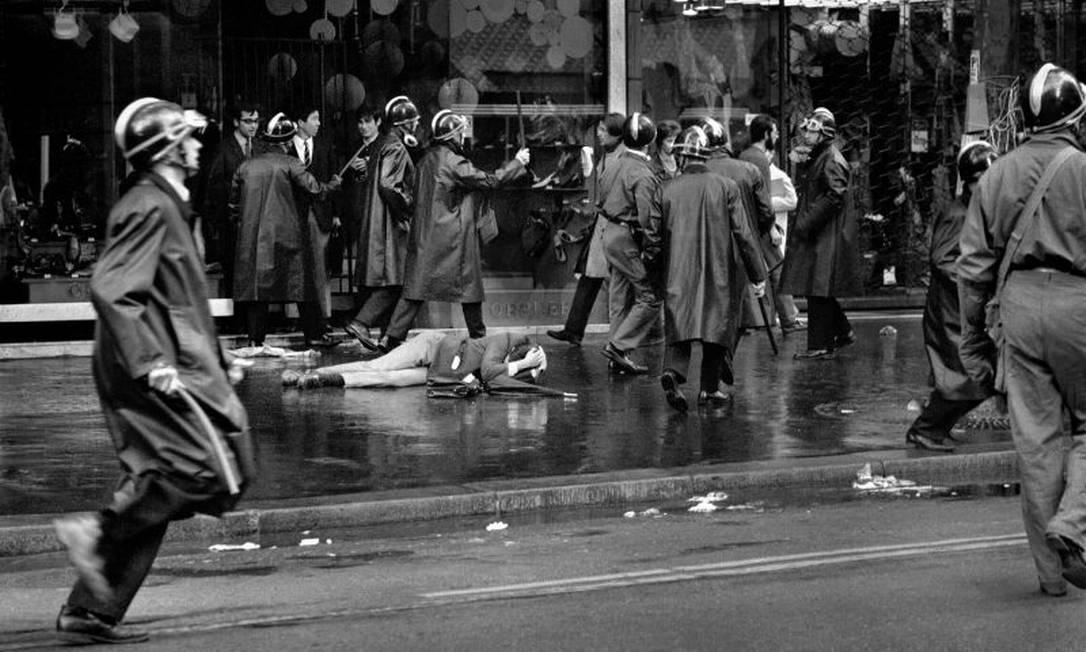 Registro de Bruno Barbey de protesto em Paris Foto: Bruno Barbey / Magnum Photos/Divulgação