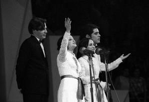 """Sob protestos e ladeadas pelos constrangidos Tom Jobim e Chico Buarque, Cynara e Cybele cantam """"Sabiá"""" no III Festival Internacional da Canção Foto: Arquivo"""