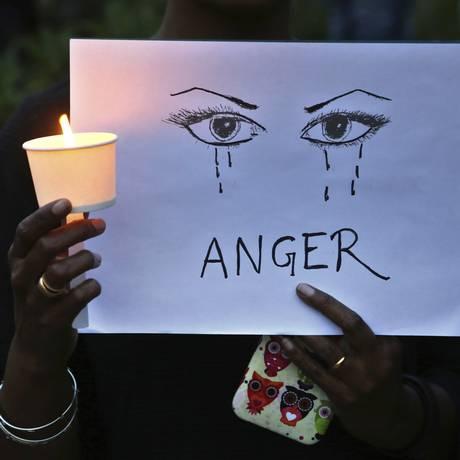 Ativista segura cartaz em protesto contra a violência sexual na Índia no mês passado: 14 pessoas foram presas por envolvimento no mais recente caso a chocar o país Foto: AP/Aijaz Rahi/16-04-2018