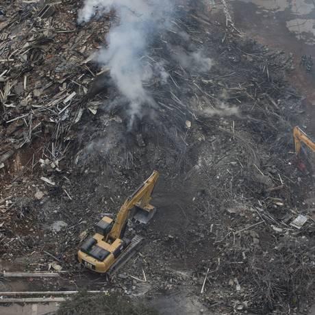 Bombeiros continuam a busca de corpos nos escombros do desabamento de prédio no centro de São Paulo Foto: Edilson Dantas / Agência O Globo 03-05-2018
