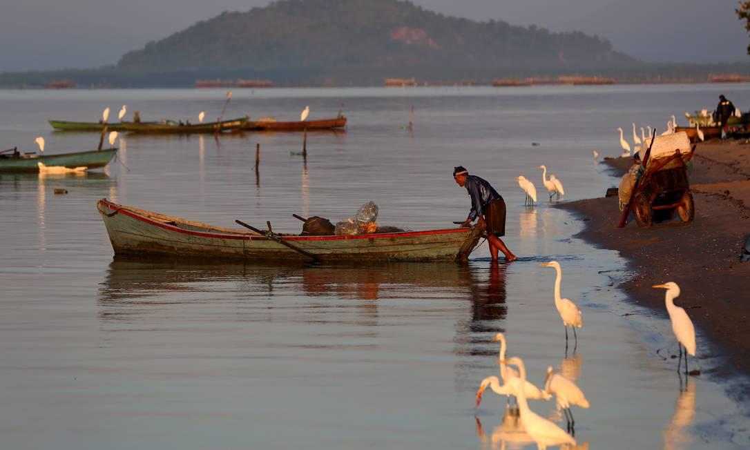 Pescadores da Praia do Limão, na Baía de Guanabara, estão entre os afetados por vazamento que esperam indenização há quase 20 anos Foto: Custódio Coimbra / Custodio Coimbra