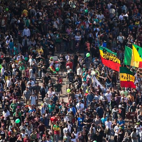Milhares de pessoas participaram de marcha reivindicando a legalização da maconha Foto: MARTIN BERNETTI / AFP