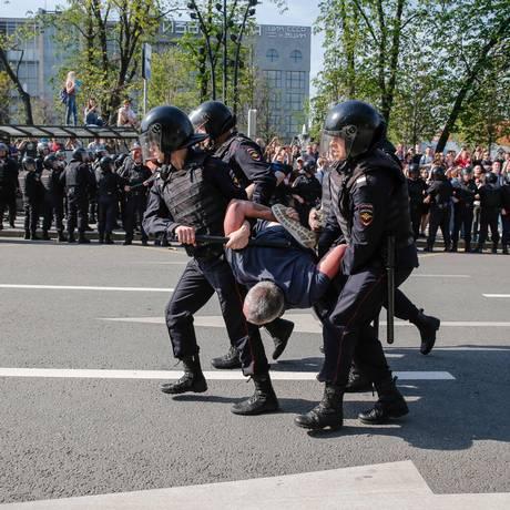 Policiais russos detêm um manifestante durante uma manifestação anti-Putin não autorizada convocada pelo líder da oposição, Alexei Navalny, em 5 de maio de 2018, em Moscou, Foto: MAXIM ZMEYEV/AFP
