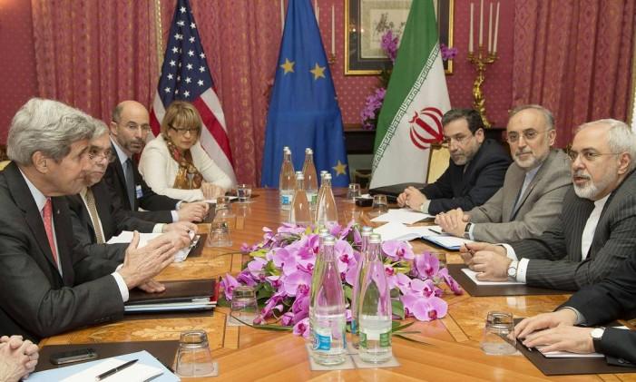 O secretário de Estado americano, John Kerry, negocia com o ministro das Relações Exteriores do Irã, Javad Zarif (à direita) em 2015, durante preparação do acordo nuclear Foto: BRIAN SNYDER / AFP/20-3-2015