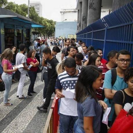Estudantes aguardam para entrar em local de prova do Enem Foto: Bárbara Lopes / Agência O Globo