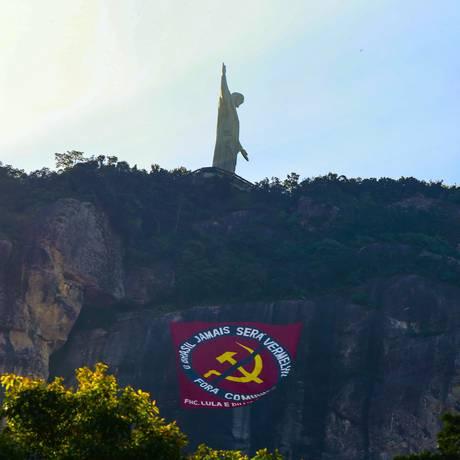 No Cristo Redentor, bandeira contra o comunismo cita FH, Lula e Dilma Foto: Marcos Ramos / Agência O Globo