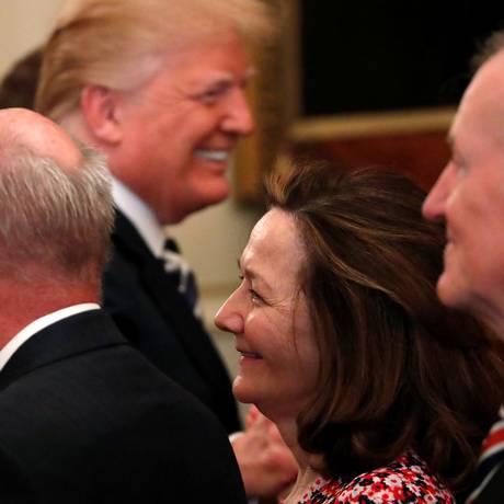 Indicada à diretoria da CIA e o presidente americano, ao fundo da imagem, em Washington Foto: JONATHAN ERNST / REUTERS