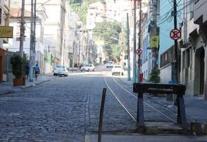 Trecho em que o trilho está interditado por causa da obra suspensa: antigo ponto de parada Foto: Fabiano Rocha / Agência O Globo
