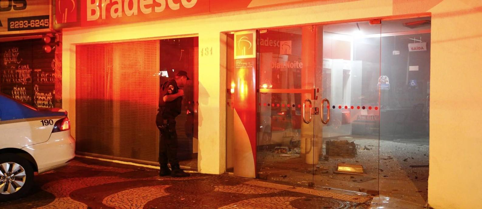 Ladrões explodem caixa eletrônico na Rua Hadock Lobo, na Tijuca Foto: Uanderson Fernandes / Agência O Globo