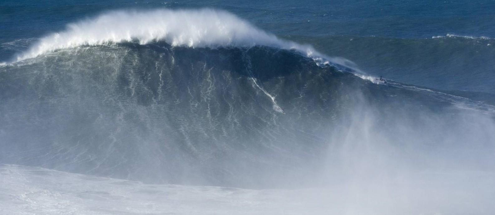 Rodrigo Koxa na maior onda já surfada no mundo, com mais de 24 metros, em Nazaré Foto: Helio Antonio / Divulgação