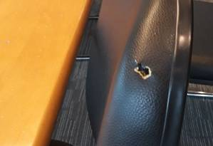 Tiro atingiu cadeira de reunião antes de perfurar parede Foto: Foto de leitor