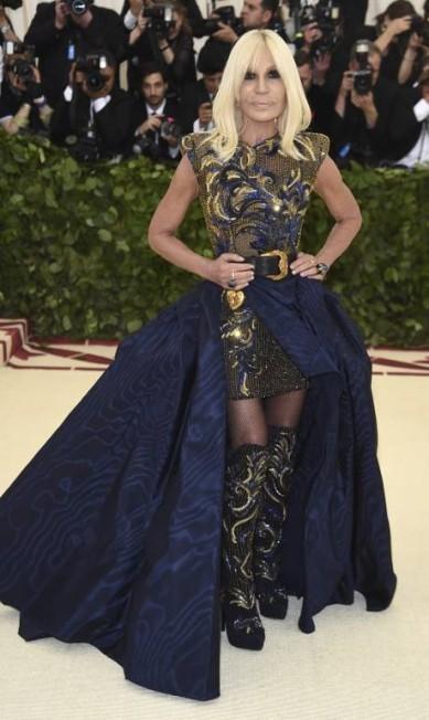 A estilista Donatella Versace, uma das anfitriãs da noite Evan Agostini / Evan Agostini/Invision/AP