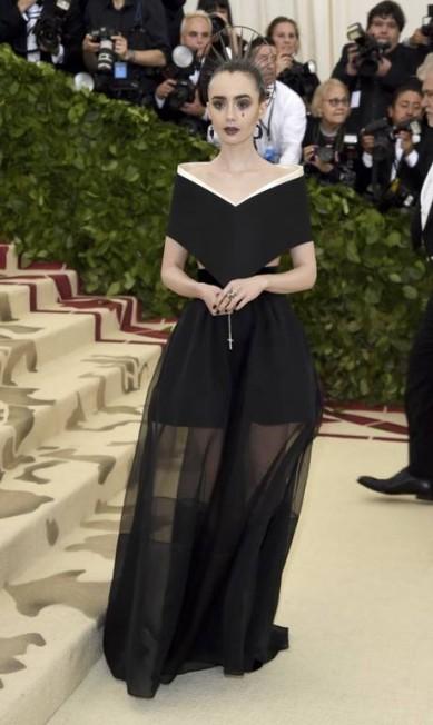 Lily Collins veste Givenchy Evan Agostini / Evan Agostini/Invision/AP