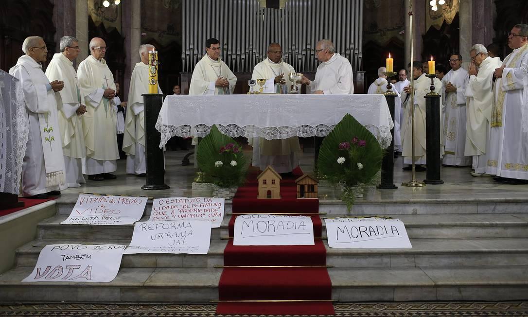 O arcebispo de São Paulo, dom Odilo Scherer (ao centro), durante missa Foto: Edilson Dantas / Agência O Globo