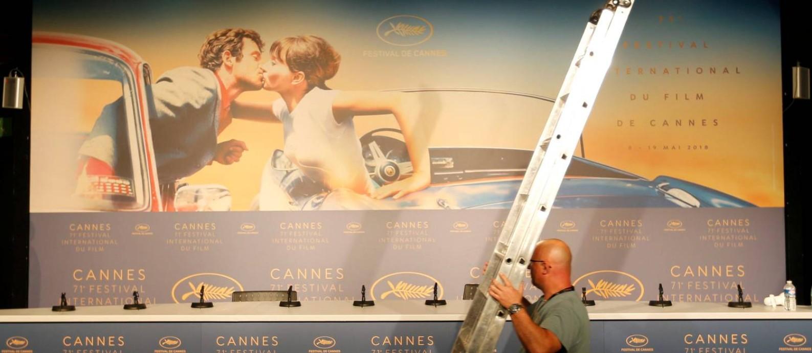 Operário faz os últimos preparativos dentro do palácio do Festival de Cannes Foto: REGIS DUVIGNAU / REUTERS