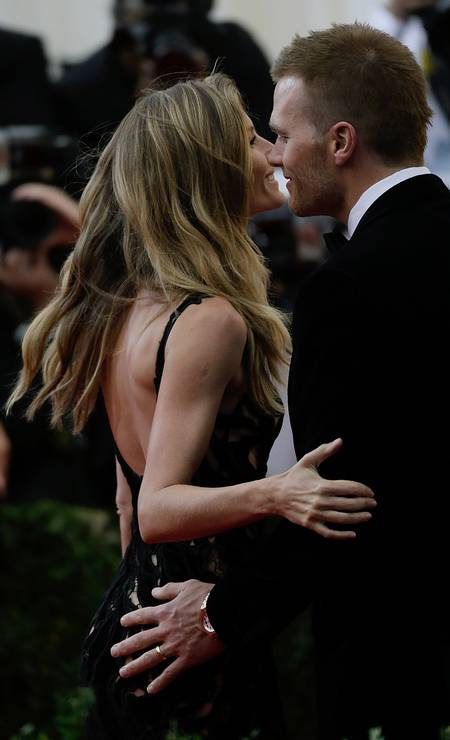 Em 2014, novamente no baile do MET, a mão de boba de Tom em Gisele Foto: John Lamparski / Getty Images