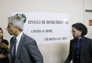Alessandro Molon (PSB) e Jean Wyllys (PSOL) na Divisão de Homicídios Foto: Antonio Scorza / Agência O Globo