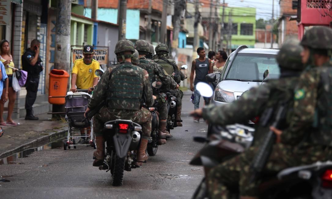 Homens das Forças Armadas fazem patrulhamento de moto na Vila Kennedy Foto: Fabiano Rocha / Agência O Globo