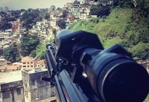 Traficantes começaram a postar fotos de fuzis apontados para os morros da Coroa e São Carlos Foto: Reprodução