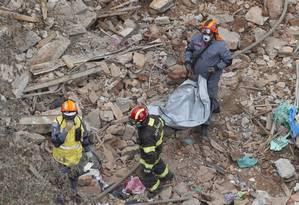 Bombeiros procuram vítimas de desabamento de prédio no largo do Paissandu, em São Paulo Foto: Edilson Dantas / Agência O Globo
