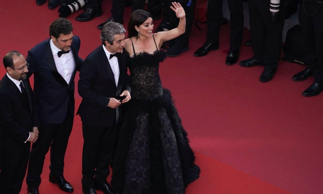 O diretor iraniano Asghar Farhadi (à esquerda), com os atores Javier Bardem, Ricardo Darin e Penelope Cruz Foto: LAURENT EMMANUEL / AFP