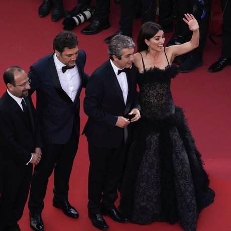 O diretor iraniano Asghar Farhadi (à esquerda), com os atores Javier Bardem, Ricardo Darin e Penélope Cruz Foto: LAURENT EMMANUEL / AFP