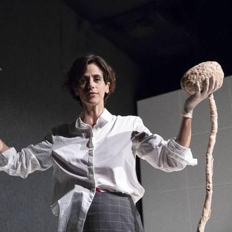 A atriz Mariana Lima, em estreia como dramaturga em