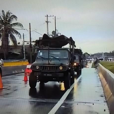 Um dos comboios das forças de segurança na Dutra Foto: Reprodução/TV Globo