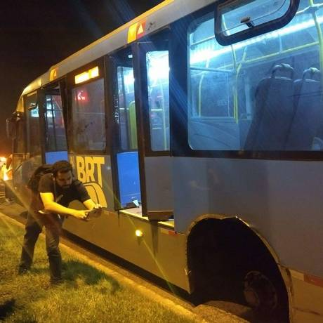 O ônibus sem uma das rodas Foto: Onde Tem Tiroteio