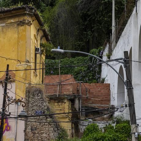Um parede está sendo erguida junto aos Arcos da Lapa, no Centro Foto: Alexandre Cassiano / Agência O Globo