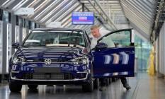 Mecânico trabalha na produção da linha Volkswagen Golf Foto: Matthias Rietschel / REUTERS