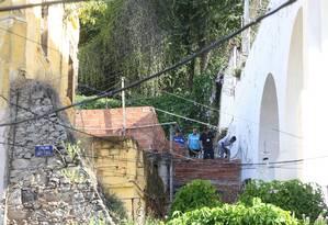 Funcionários da prefeitura derrubam muro ilegal construído na Lapa Foto: Guilherme Pinto / Agência O Globo