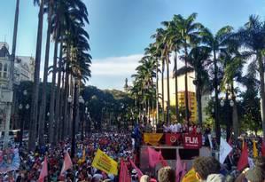 Manifestantes se reúnem na Praça da Sé durante protesto por moradia popular Foto: Tiago Aguiar / Agência O Globo