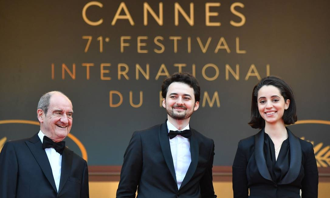 O presidente do Festival de Cannes, Pierre Lescure, ao lado do diretor egípcio A.B Shawky e de sua mulher, a produtora Elisabeth Shawky-Arneitz Foto: ALBERTO PIZZOLI / AFP