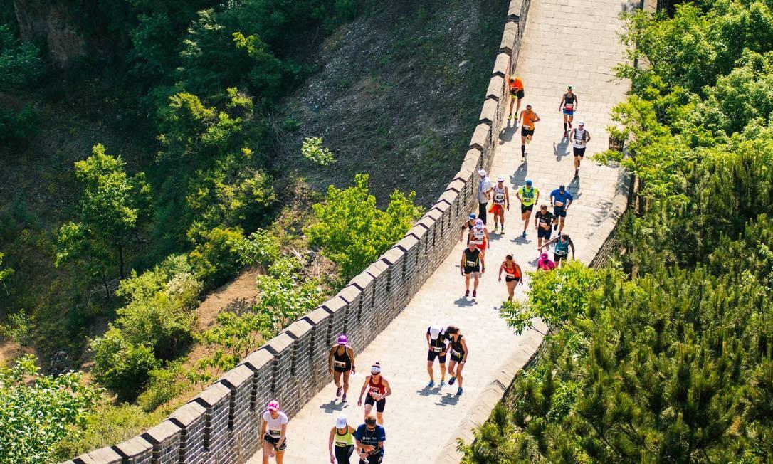 Corredores participam da Maratona da Muralha da China Foto: Matt Karwen / Albatros Travel / Divulgação