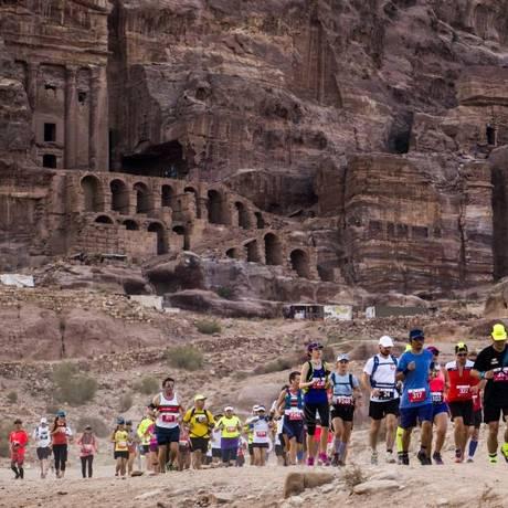 Maratona no deserto de Petra, na Jordânia Foto: Albatros Adventure / Divulgação