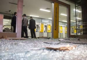 Destruição em agência após ação dos criminosos Foto: Ricardo Cassiano / Agência O Globo