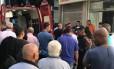 Uma ambulância do Corpo de Bombeiros socorre os baleados