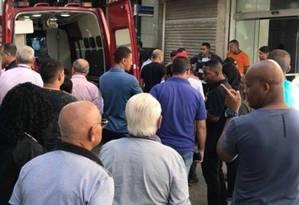 Uma ambulância do Corpo de Bombeiros socorre os baleados Foto: Rio de Nojeira / Facebook